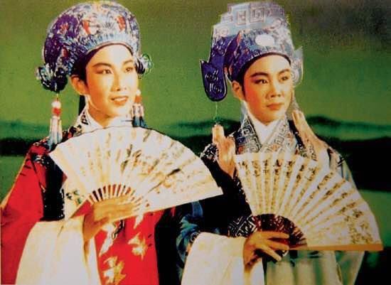 1953年,在彩色戏曲电影《梁山伯与祝英台》中,袁雪芬(左)饰祝英台,范瑞娟(右)饰梁山伯。