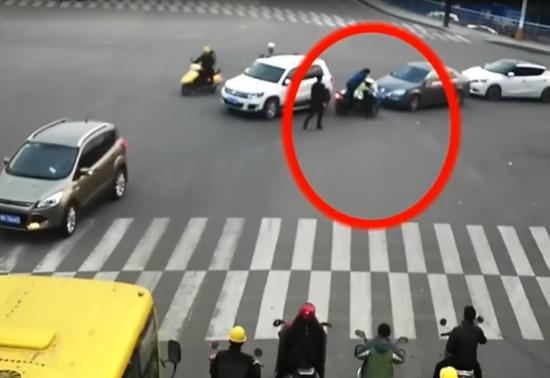监拍:疯狂驾驶员抗拒执法 拖挂协警逃窜