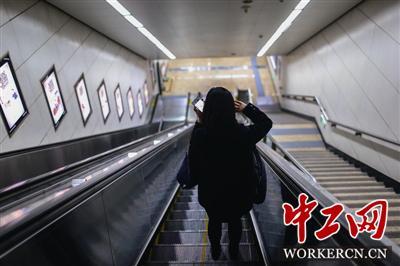 回家路上的姜京子用微信和同事商讨工作