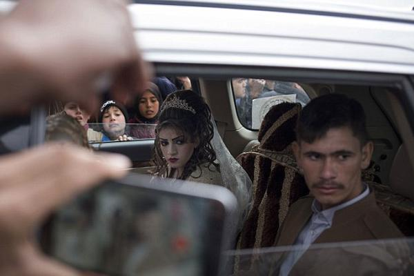 伊拉克战地婚礼 26岁新郎娶16岁少女