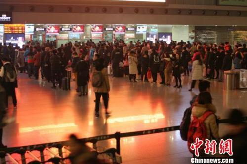 今年大年三十,成都机场旅客在排队办理值机手续。 吕俊明 摄