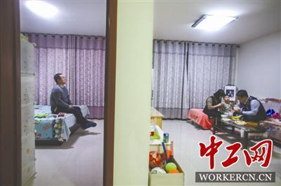 2月14日晚8时50,在车上吃了份凉皮的姜京子陪着还没吃饭的丈夫一起吃晚饭,公公在卧室看电视,婆婆在厨房收拾,这是他们一天中最放松的时刻