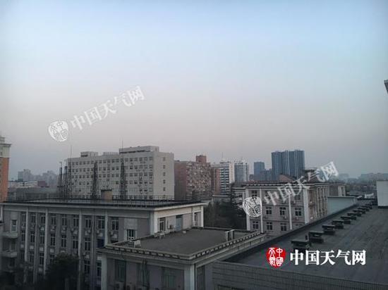 今晨北京天空虽仍能见蓝天,但能见度已开始转差。