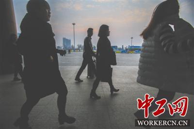 """2月16日早晨,离高铁开车只有不到14分钟时间,还未进站的旅客匆忙赶路,但姜京子依然不紧不慢,她说:""""掐着点呢,时间来得及,习惯了。"""""""