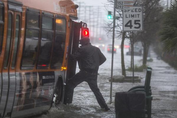 六年来最大暴风雨席卷美国南加州