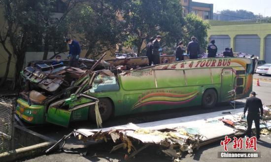 资料图 有关人员在对游览车进行细致勘验。 中新社记者 陈林 摄