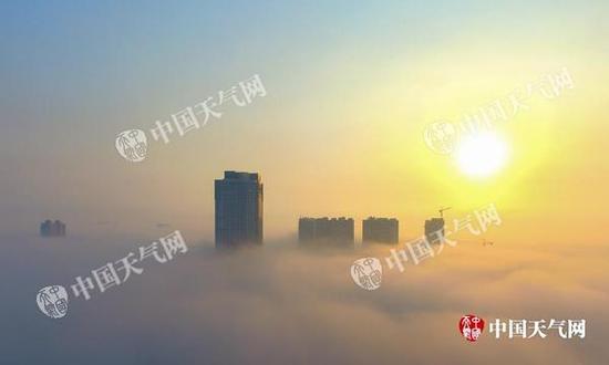 本周末,全国大部地区气温回升暖如阳春。图为航拍钦州漂亮的平流雾日出。(摄影:李斌喜)