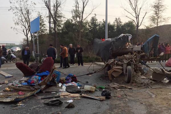 西安一农用三轮载了约20人 被撞散架