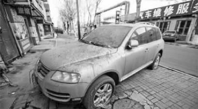 落满灰尘的SUV 网络图片