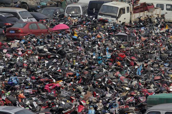武汉事故车辆停车场 密密麻麻如坟场