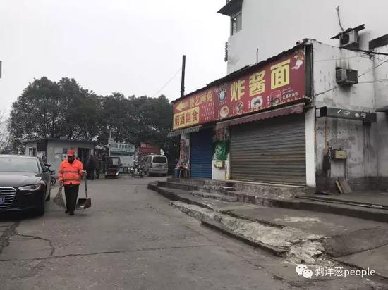 案发地点位于武昌火车站东广场附近的城中村,地上的血迹被清理干净了。新京报记者曹晓波 摄