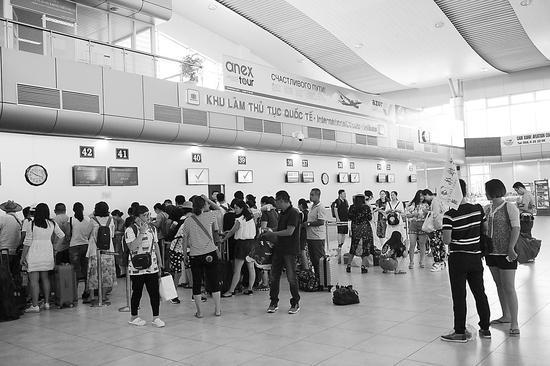在芽庄机场,中国游客准备登机。