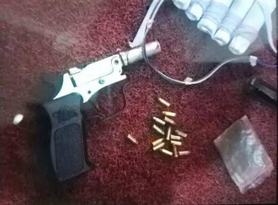 男子自制的手枪和假炸弹