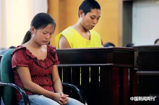 2014年8月26日,陈某某(云南文山州人)和妻子郑某某(云南石林县人)因闹离婚,把一岁零八个月大的亲生女儿卖到河南。事后因分赃不均,陈某某报警,二人均被捕并判拐卖儿童罪,陈某某被判处有期徒刑3年,缓刑4年,并处罚3000元。女婴也被找回。图|CFP
