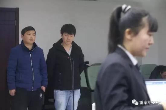 吕某(右)和李某因涉嫌组织他人偷越国(边)境罪在丰台法院受审。 新京报记者 彭子洋 摄