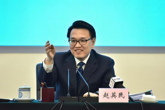 """22日上午,环境保护部副部长赵英民在""""大气污染防治媒体见面会""""介绍有关情况。摄影/章轲"""