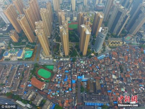 资料图:航拍上海最大的棚户区――张桥,航拍镜头下,低矮的棚户区密密麻麻,与周边的高端楼盘形成了鲜明的对比。