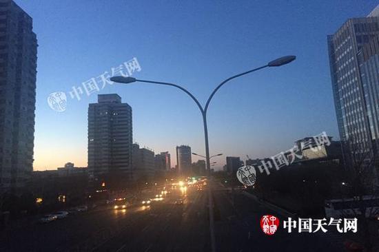 今晨,北京蓝天已开始显现。杨兴 摄