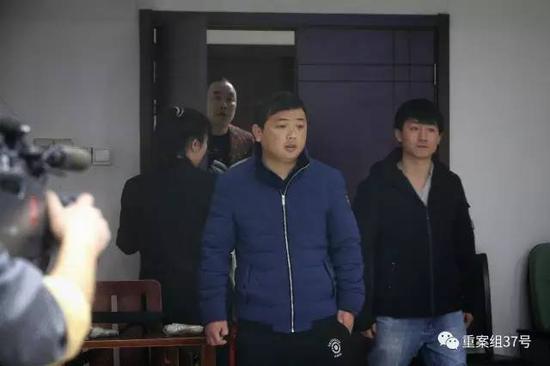 2月23日,吕某(右)和李某因引进外籍女子非法入境做家政,涉嫌组织他人偷越国(边)境罪,昨日上午在丰台法院受审。新京报记者 彭子洋 摄