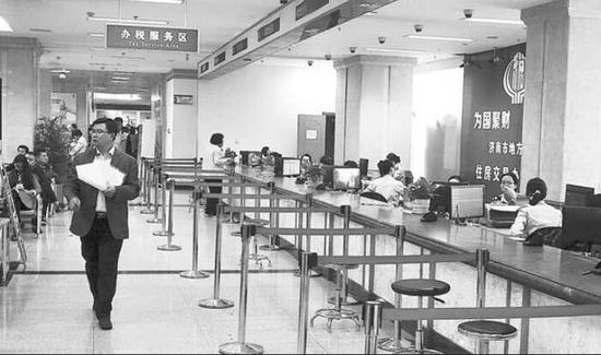 限购政策升级后,济南的房地产交易渐渐恢复理性,位于经七路的不动产登记服务大厅不再拥挤。资料片