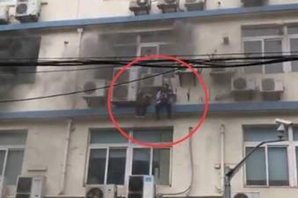 上海办公楼起大火 被困人员爬墙惊险逃生