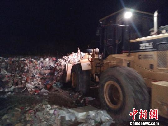 清理垃圾现场。 西安临潼官供图