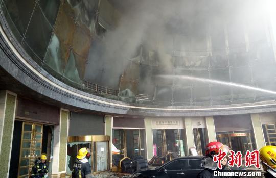 图为火灾事故现场,消防官兵正在现场救援。 刘占昆 摄