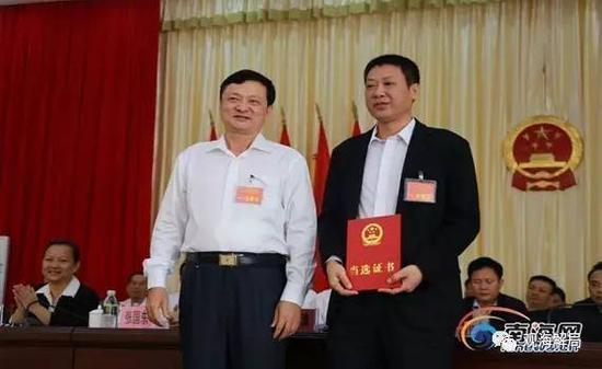 林北川颁发当选证书