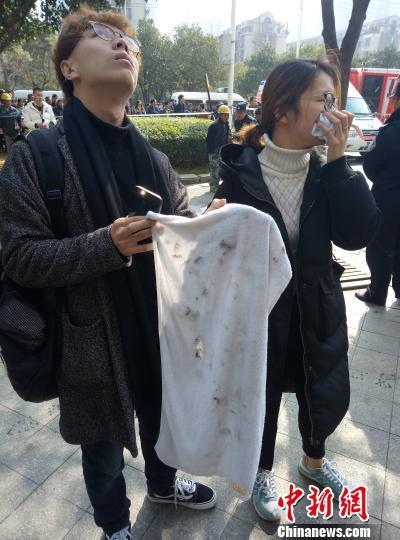 图为从酒店疏散出来的住客,用来捂住嘴巴的湿毛巾已经很脏。 刘占昆 摄
