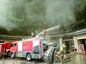 火灾现场浓烟滚滚,消防人员在现场展开救援。