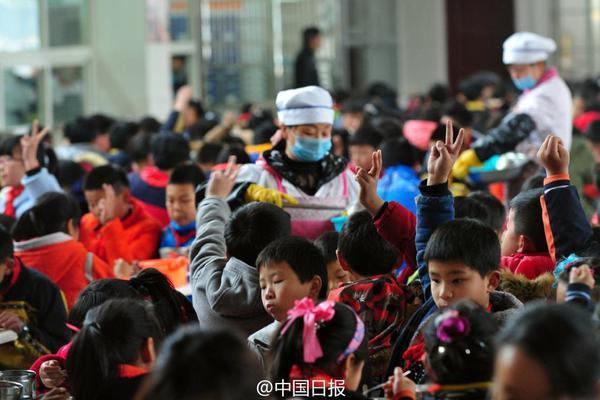 农村寄宿小学 近千人被培养吃饭不说话