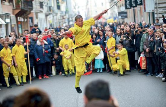 """演员在意大利罗马""""欢乐春节""""庆祝活动中表演中国功夫。(金宇摄/本刊)"""