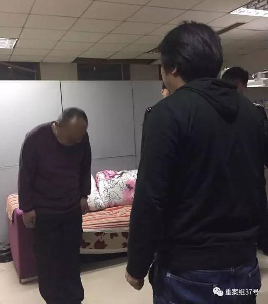 ▲2月27日晚,涉事保安向被打记者鞠躬致歉。       新京报记者   赵亢 摄