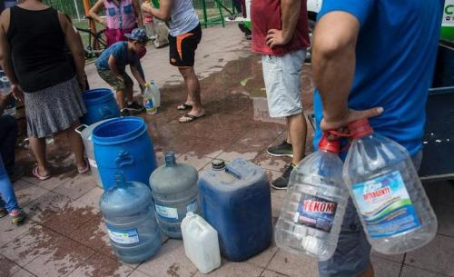 首都圣地牙哥近400万居民的饮用水被切断。(图片来源:法新社)