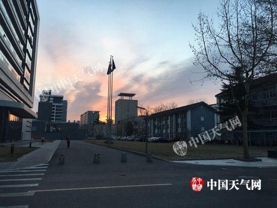今天6时45分,北京能见度好,天空出现朝霞。