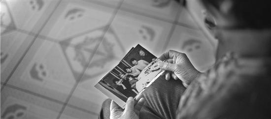 戴淑琴的5名亲人都在失联航班MH370上,这几年,她时常会看着照片出神。