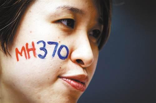 去年,一位女士在马来西亚吉隆坡参加马航370航班客机失踪两周年纪念活动。