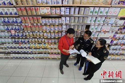 2016年4月,安徽省合肥市蜀山区凯旋门社区市场监督管理工作人员对辖区一家销售奶粉超市进行排查。中新社记者 张娅子 摄
