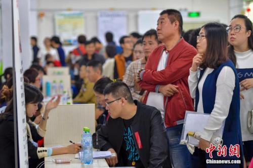 资料图:2017年2月8日,2017年海南省新春首场特大型招聘会在海南省人力资源市场举行,吸引了众多求职者前来入场求职。中新社记者 骆云飞 摄