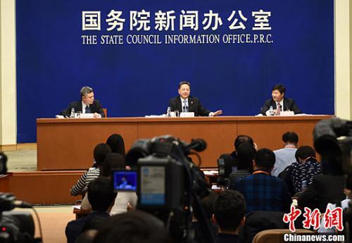 2月27日,国务院新闻办公室在北京举行新闻发布会,交通运输部部长李小鹏(中)介绍交通运输推进供给侧结构性改革有关情况,并答记者问。中新社记者 张勤 摄