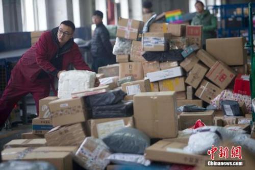 资料图:山西太原邮区中心局在接发邮件包裹。张云 摄