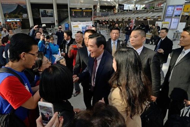 马英九抵达肯尼迪机场受到当地侨胞迎接(图片来源:联合新闻网)