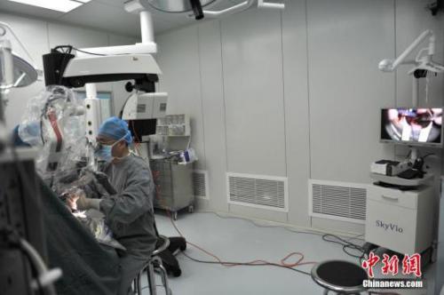 2016年4月,云南直播脑科手术,百名基层医生现场观看学习。图为手术室里正在实时直播手术过程。中新社记者 任东 摄