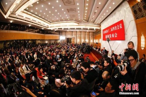 资料图:2016年3月2日,全国政协十二届四次会议新闻发布会在北京人民大会堂举行,大会新闻发言人王国庆回答记者提问。 中新社记者 杜洋 摄