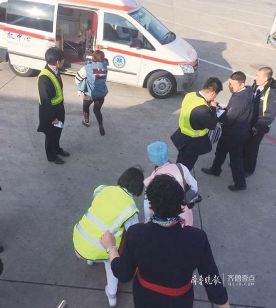 飞机抵达北京首都国际机场后,乘务组第一时间将旅客移交至地面医护人员。