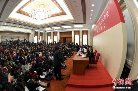 3月2日,全国政协十二届五次会议新闻发布会在北京人民大会堂举行,大会新闻发言人王国庆答中外记者提问。中新社记者 侯宇 摄