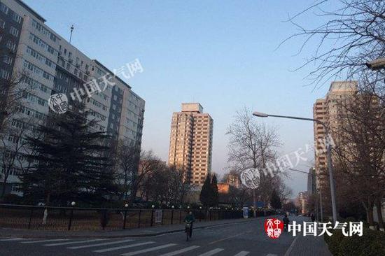 今天早晨,北京大风停歇,天气晴好。