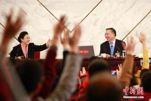 资料图:2016年3月2日,全国政协十二届四次会议新闻发布会在北京人民大会堂举行,大会新闻发言人王国庆(右)回答中外记者提问。中新社记者 盛佳鹏 摄