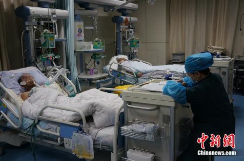 资料图:2017年1月27日,滨州医学院附属医院急诊科重症监护室,护士正在忙碌。中新网 邱宇 摄