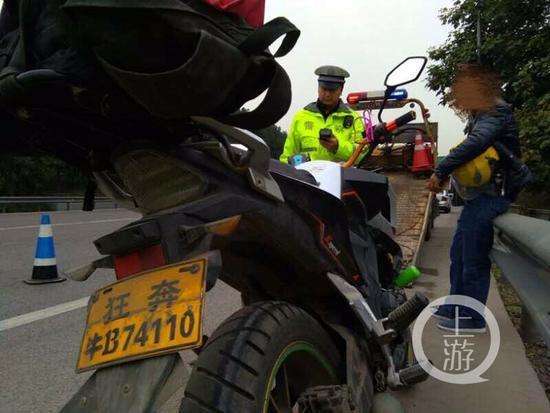 """摩托车司机悬挂""""狂奔NB74110""""牌照上路被查"""